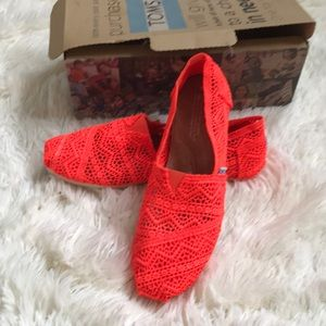 TOMS neon coral crochet size 9